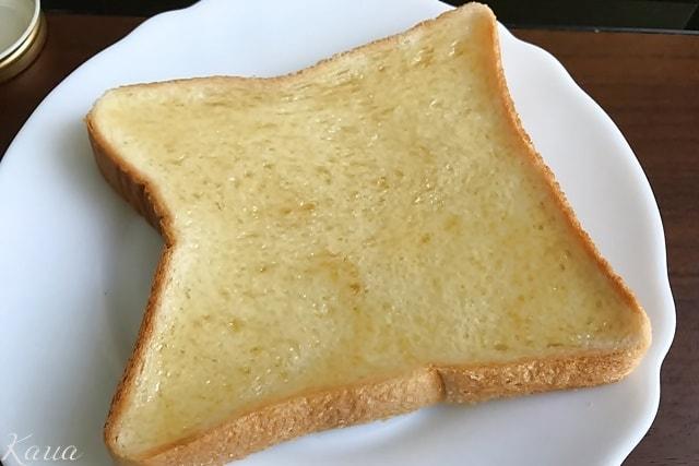 いわたのはちみつを食パンに塗った画像